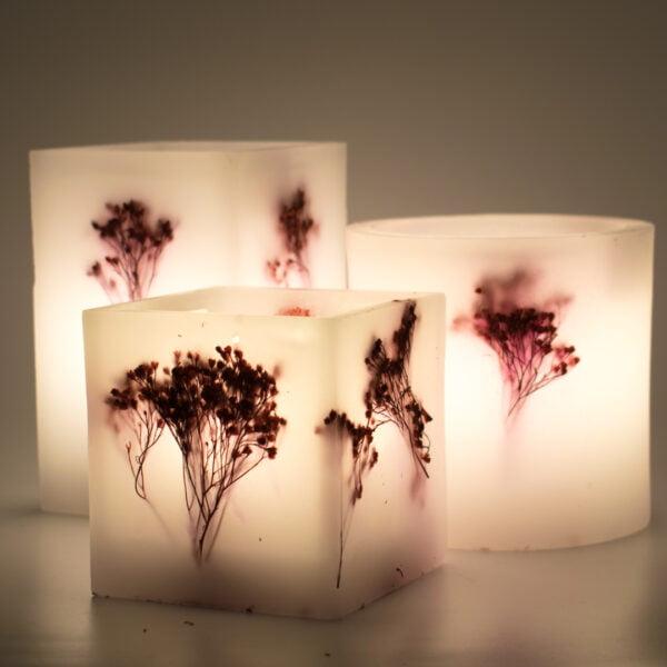 Διακοσμητικό φανάρι κερί kerino με κόκκινη γυψοφύλλη αναμμένο